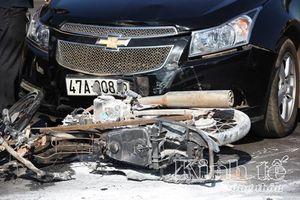 Xe máy bị cháy rụi sau khi xảy ra va chạm với xe ô tô