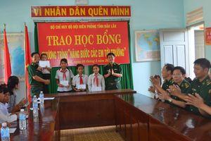 BĐBP Đăk Lăk tặng học bổng cho học sinh có hoàn cảnh đặc biệt khó khăn