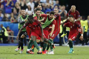 Bồ Đào Nha vô địch Euro, Ronaldo ngồi ngoài chỉ đạo
