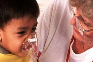 Con bị điếc vì cha mẹ tự làm 'y tá' xông mũi họng