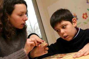 Những kỹ năng sống độc lập cha mẹ cần dạy cho trẻ tự kỷ