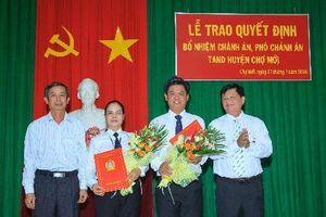Bổ nhiệm và bổ nhiệm lại nhiều lãnh đạo TAND cấp huyện.