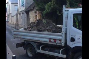 Xe tải chở rác trả lại người xả rác bừa bãi