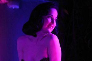 'Bỏng mắt' với màn trình diễn bốc lửa của vũ nữ thoát y Dita Von Teese