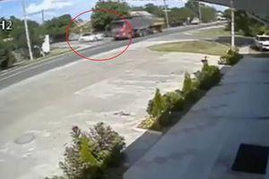 Thiếu niên 15 tuổi lái xe BMW húc đổ xe tải