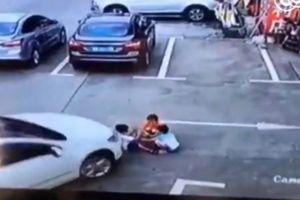 Mải mê với điện thoại, nữ tài xế tông phải 3 trẻ nhỏ