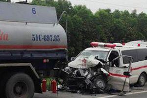 Xe cứu thương đâm xe bồn, 5 người thương vong