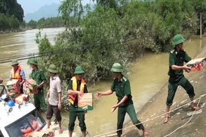 BĐBP giúp dân khắc phục hậu quả lũ lụt