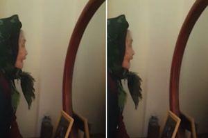 Video cụ bà tự cãi nhau với mình trong gương