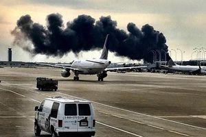 Khoảnh khắc máy bay chở 170 người cháy ngùn ngụt tại sân bay