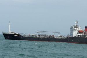 Bắt giữ tàu nước ngoài vận chuyển số lượng lớn xăng trái phép