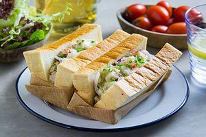 15 phút làm sandwich tôm cay cho bữa sáng gia đình