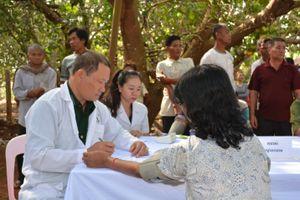 Khám bệnh, cấp thuốc miễn phí cho nhân dân Campuchia