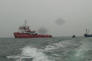 Đồn BP Quỳnh Thuận tiếp nhận tàu cá và 8 ngư dân bị nạn trên biển