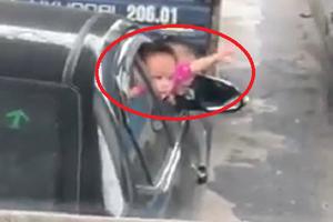 Giật mình 2 bé gái nhoài nửa người ra cửa xe đang chạy