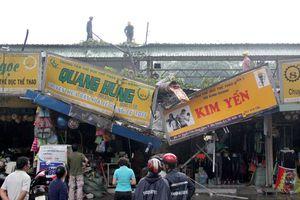 Nhánh cây gãy đè 2 cửa hàng ở trung tâm Sài Gòn, nhiều người tháo chạy