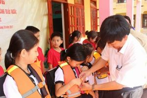 Quảng Bình: Tặng hơn 800 cặp phao cứu sinh cho học sinh vùng lũ