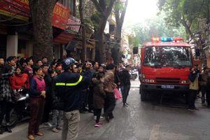Chữa cháy ngùn ngụt ở cửa hàng đồ gỗ Hà Nội