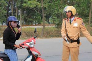 Phạt nghiêm hành vi nghe điện thoại lái xe, tài xế sợ