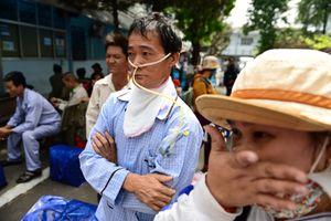 Bệnh nhân đeo ống y tế lên xe 0 đồng về quê ăn Tết