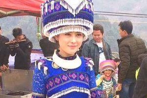Cô gái Mông được nhiều người chụp ảnh ở chợ vùng cao