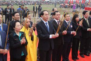 Chủ tịch nước lái máy cày trong lễ hội Tịch điền Đọi Sơn 2017