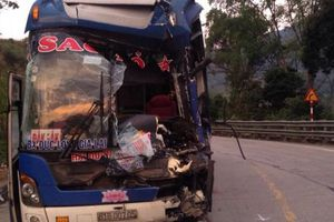 Xe khách đâm xe container, 30 khách thoát chết: Tài xế nói gì?