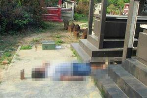 Một người nằm chết giữa 2 ngôi mộ, đùi có hình xăm