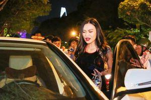 Người mẫu Cao Thùy Linh bị quận 1 cẩu xe Mercedes đậu trước New World