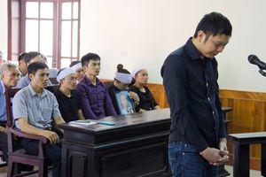 Tài xế taxi giết nữ sinh đi coi thi ở Hà Tĩnh bất ngờ bật khóc tại Tòa