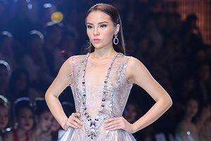 Hoa hậu Kỳ Duyên diện váy nhựa dẻo trên sàn catwalk