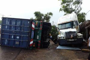Xe container mất lái tông quán cafe khiến QL1A ùn tắc