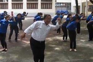 Thầy giáo U60 và điệu nhảy khiến học sinh phát cuồng