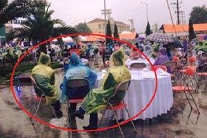 Khách mời khổ sở mặc áo mưa dự đám cưới con 'sếp'?