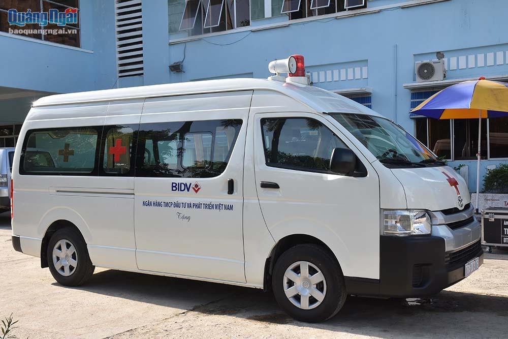 Trao tặng xe cứu thương cho Bệnh viện Đa khoa huyện Sơn Tịnh