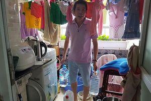 Nắng 40 độ, dân Hà Nội nghỉ làm ở nhà canh nước sinh hoạt