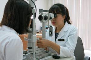 Bệnh nhân cận loạn thị được tạo hình giác mạc mà không cần phẫu thuật