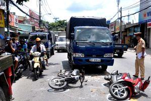 Bé gái 6 tuổi bị thương sau va chạm liên hoàn giữa xe máy và xe tải