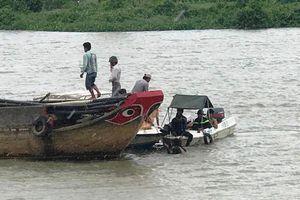Đang tìm kiếm 2 mẹ con mất tích vụ chìm tàu trên sông Sài Gòn