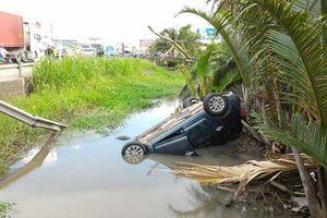 Tai nạn xe đầu kéo va chạm xe 7 chỗ, 5 người thoát chết