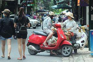 Nhức nhối xe bán trái cây lấn chiếm lòng đường ở HN