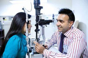 Chuyên gia SNEC thăm khám và nói chuyện về bệnh lý giác mạc tại FV