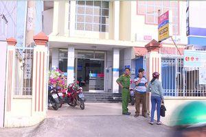 Dùng súng cướp ngân hàng ở Vĩnh Long: Phát hiện trang phục, túi xách của nghi phạm