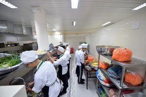 Soi bếp ăn phục vụ 3.000 phóng viên tác nghiệp APEC