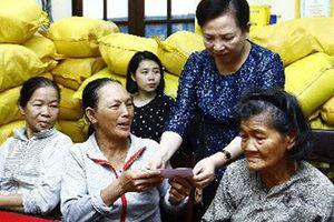 Bà con vùng lũ cảm động trước sự sẻ chia của Chủ tịch nước và Phu nhân