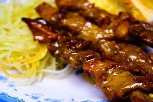 Cuối tuần thưởng thức hương vị ẩm thực Campuchia qua món bánh mì bò nướng bơ trên đường Cống Quỳnh