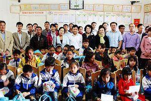 Đoàn Đại biểu Quốc hội thành phố Hồ Chí Minh tặng quà cho học sinh nghèo Quế Phong