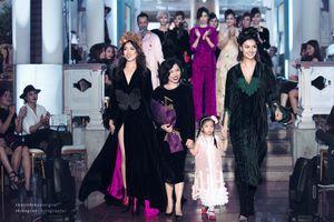 Á hậu Lệ Hằng diện váy xẻ tà, nắm tay mẹ con Hồng Quế đi catwalk