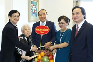 Thủ tướng Nguyễn Xuân Phúc thăm và chúc mừng các nhà giáo