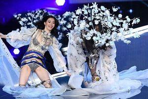 Khó khăn cho siêu mẫu Trung Quốc ngã ở show Victoria's Secret